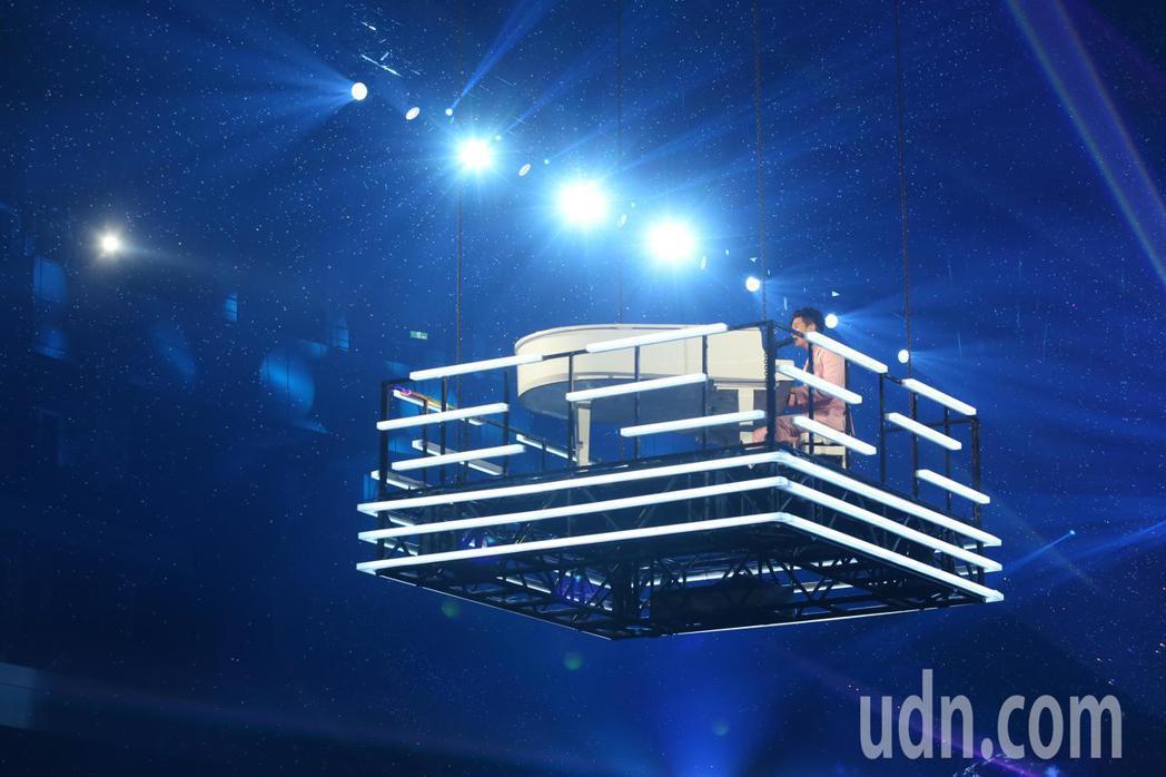 周興哲今天在台北小巨蛋舉辦《你,好不好》亞洲巡迴演唱會台北站,特別準備空中鋼琴的...