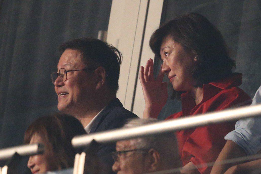 周興哲的爸爸(左)、媽媽到場支持。記者葉信菉/攝影