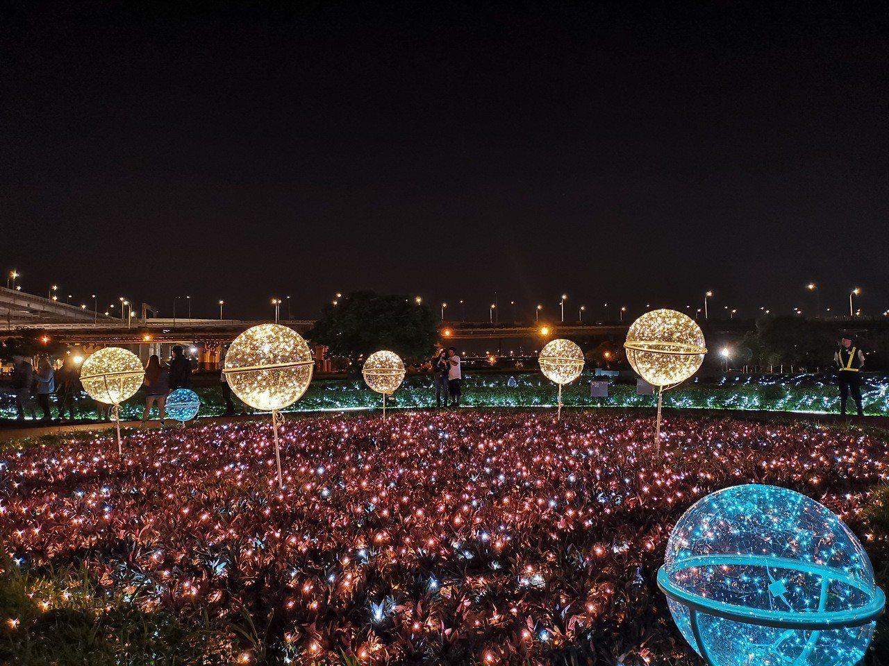 板橋江翠蝴蝶地景公園藉由50萬顆LED燈泡,打造出燦爛的光雕地景。圖/取自新北市...