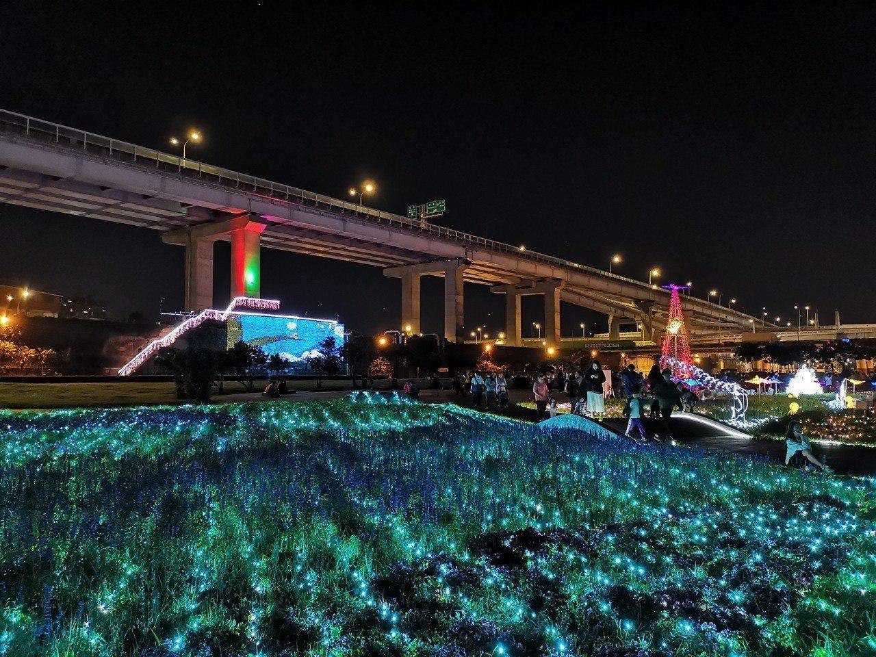 透過夜間光雕,讓板橋江翠蝴蝶地景公園呈現出與白天不同的浪漫。圖/取自新北市政府水...