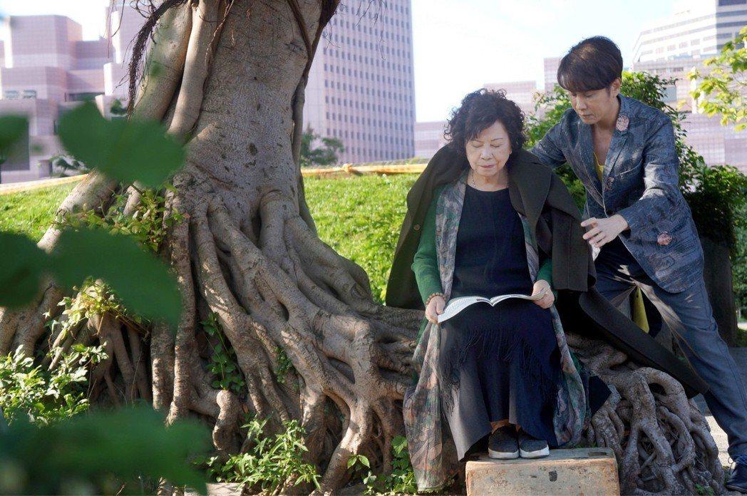 江志豐(右)跟媽媽合拍MV。圖/放音樂國際娛樂提供