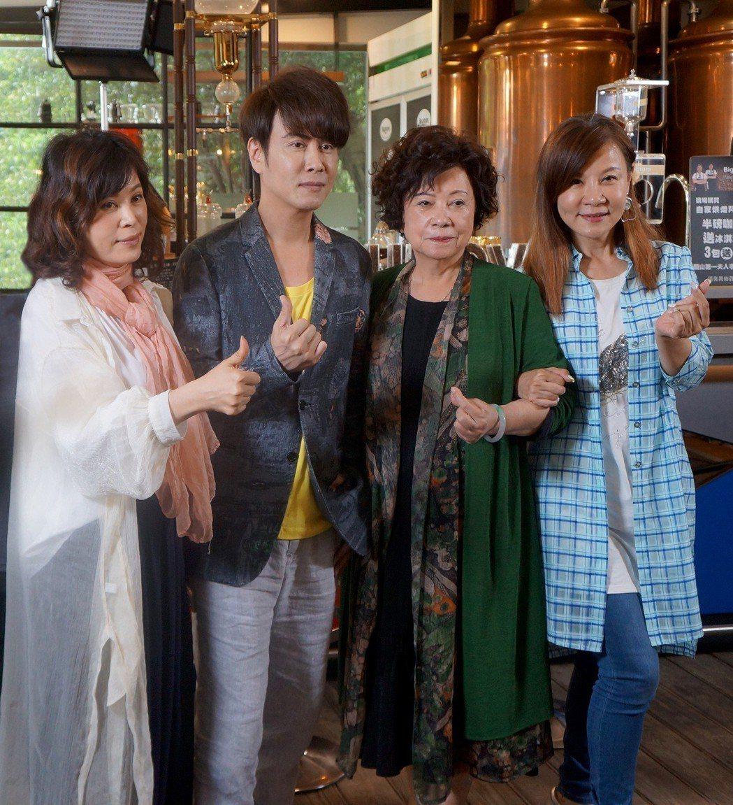 江志豐(左二)推出新專輯,媽媽(右二)、姊姊龍千玉(右)、江志美(左)現身力挺。...