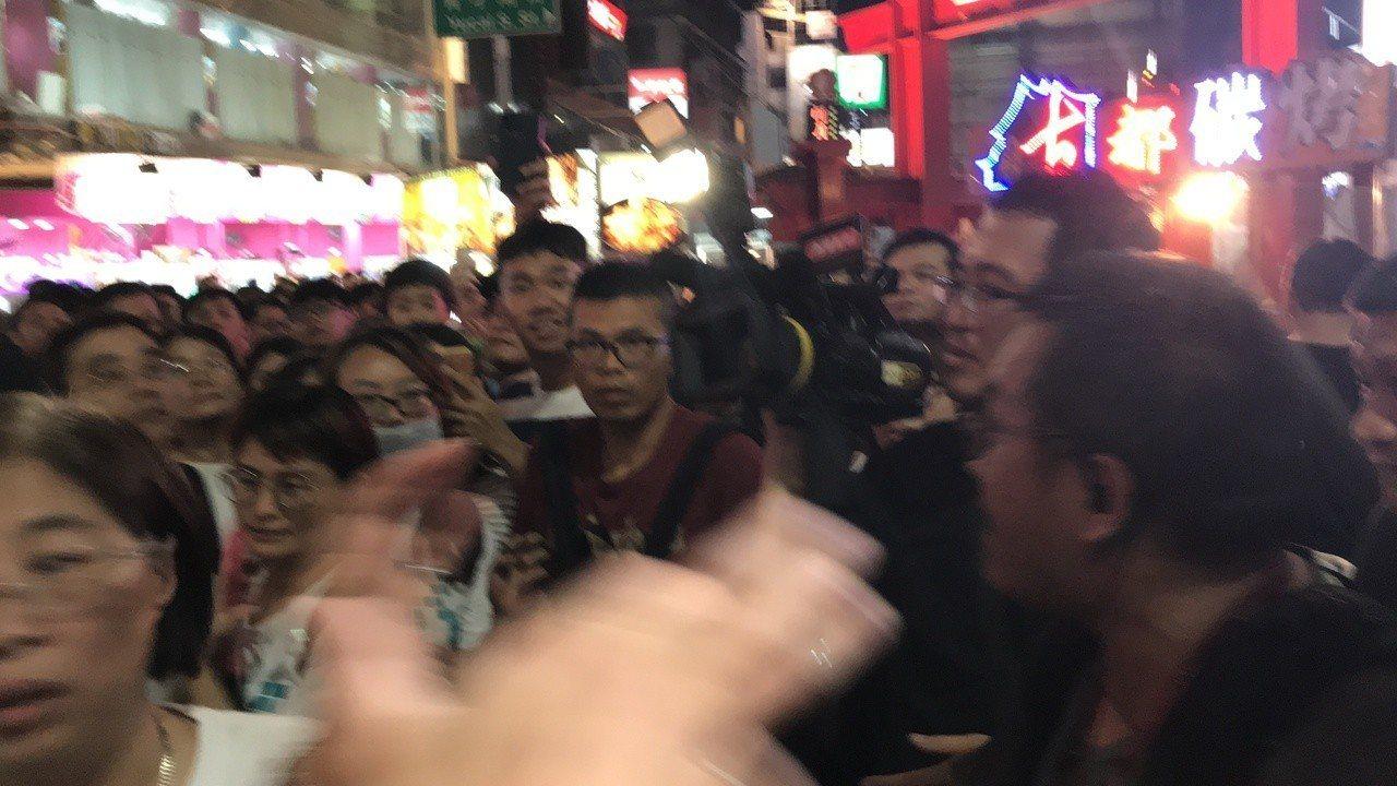 柯粉志工辱罵不雅字眼,引發攝影記者不滿,現場氣氛火爆。記者林佩均/攝影