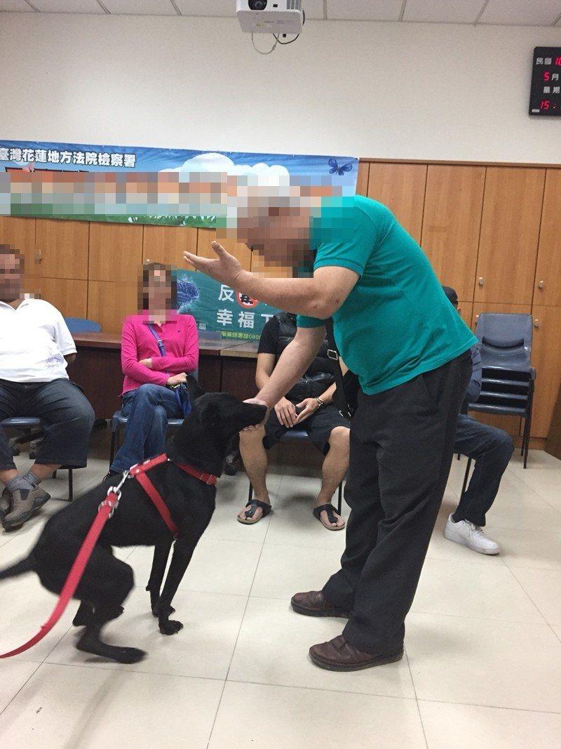 小狗與學員在課程中互動。圖/花蓮地檢署提供
