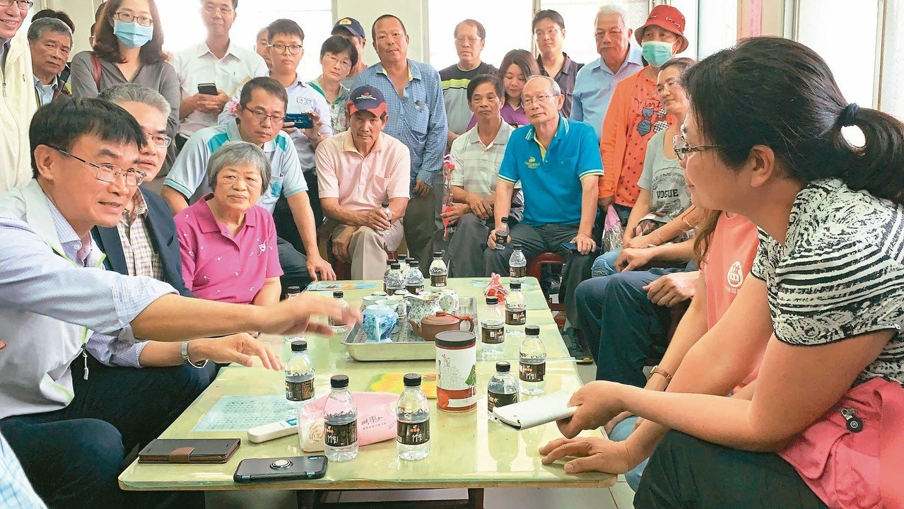 農委會主委陳吉仲(前左)宣布「農業外勞」7月正式上工,聽取酪農建議。 記者吳淑玲...