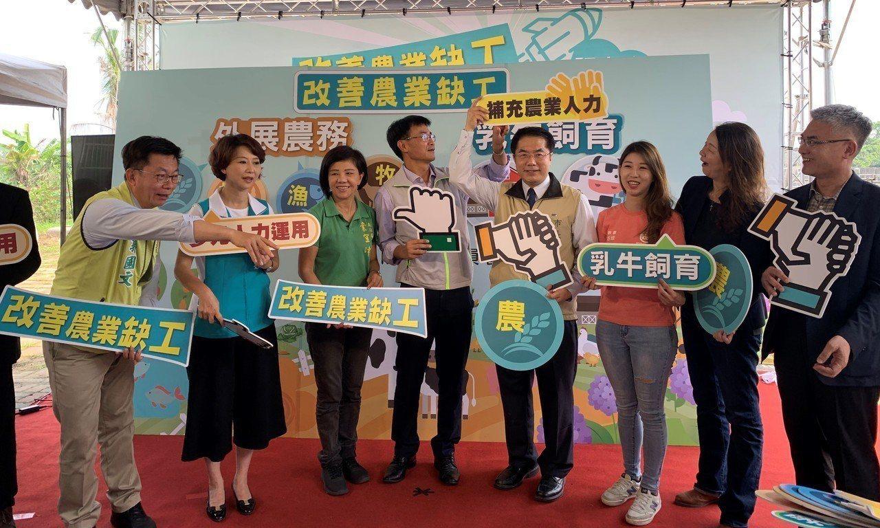 農委會主委陳吉仲(左四)昨天在台南柳營酪農專業區,宣布「農業外勞」7月正式上工,...