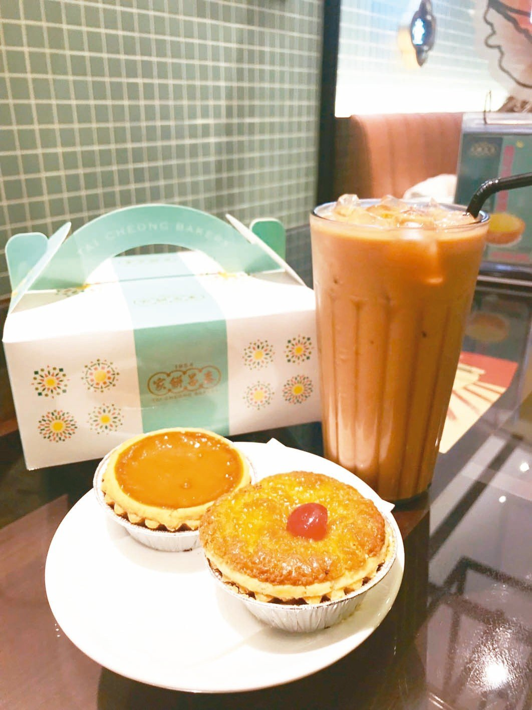 左起泰昌餅家「奶茶蛋撻」每個售價40元、「招牌椰撻」每個售價45元,每日各限量2...
