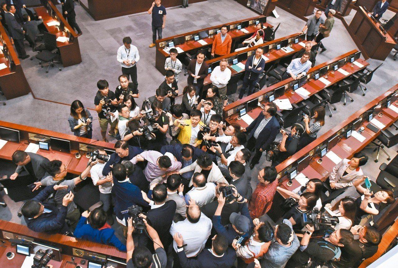 香港立法會會議廳昨天因「逃犯條例」爆發建制派與泛民派的肢體衝突。 (中通社)