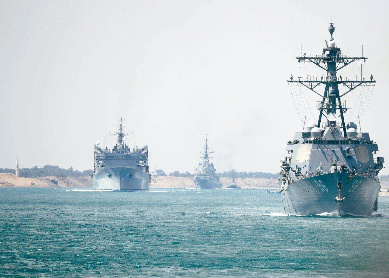 美國海軍九日發布的照片顯示,「林肯號」航空母艦打擊群正經過蘇伊士運河前往波斯灣。...