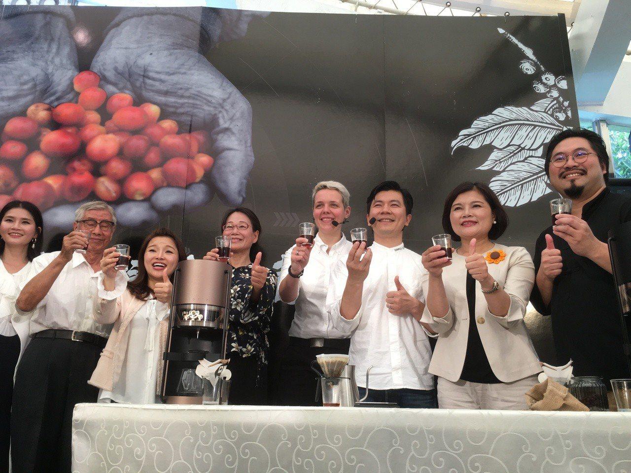 雲林縣政府昨邀請2016、2018年世界咖啡大賽冠軍吳則霖(右三)、阿妮絲卡(A...