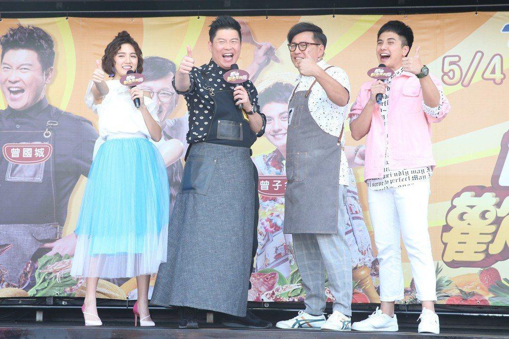 曾國城(左二)、詹姆士(右二)、曾子余(右一)、Dora(左一)主持食尚玩家母親...