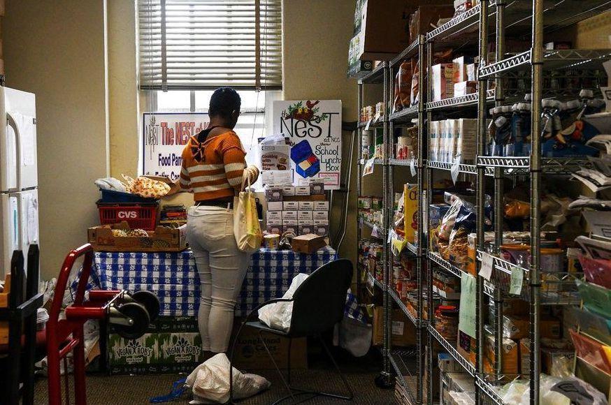 提供愛心食物的NEST計畫,讓背負貸款的學生至少有個溫飽。 (取自紐約時報)