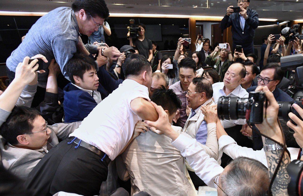 議員上演全武行。 香港中國通訊社