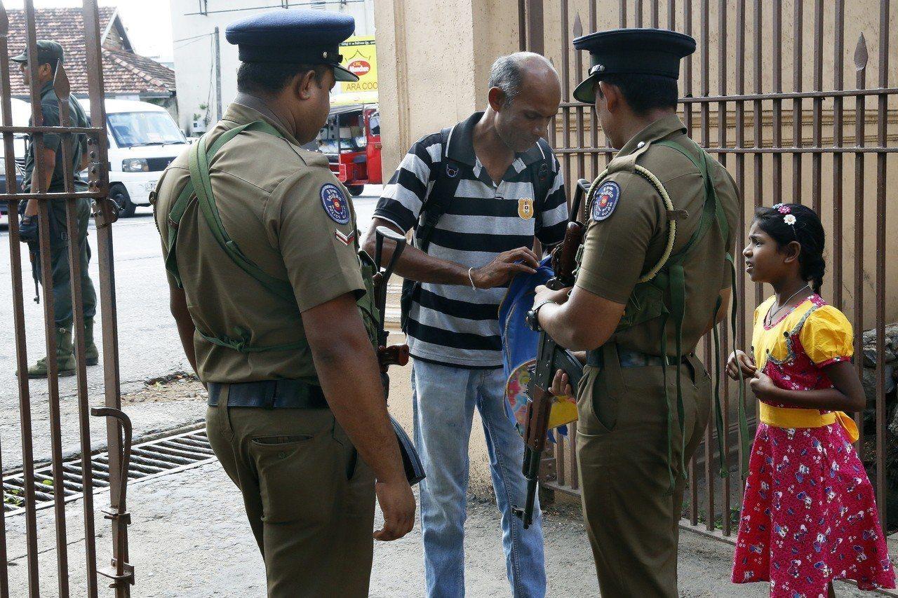 斯里蘭卡在復活節遭遇恐攻後,北部城鎮一座清真寺今天遭暴民攻擊。圖為保全檢查要進入...