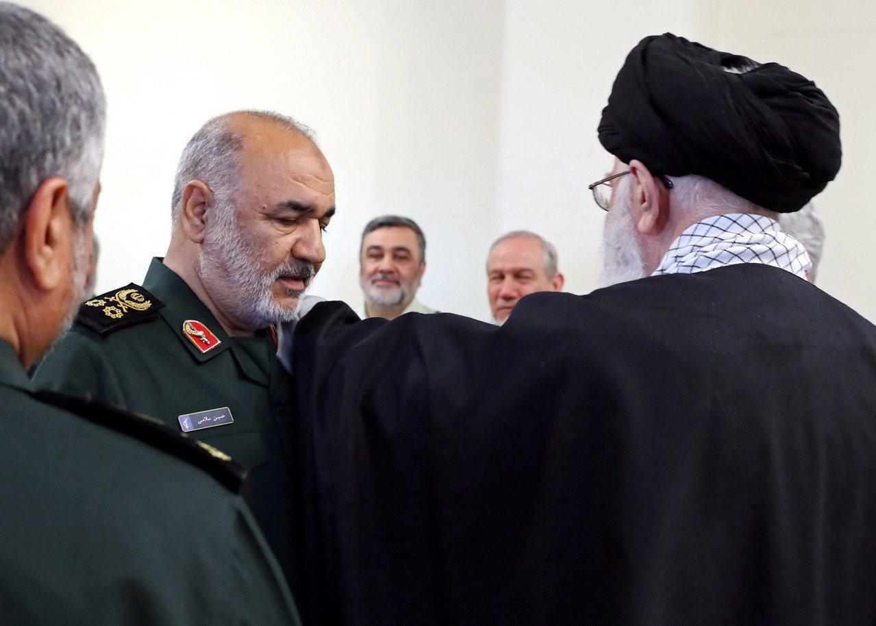 伊朗革命衛隊指揮官沙拉米(Hossein Salami,左二)今天在議事過程中表...