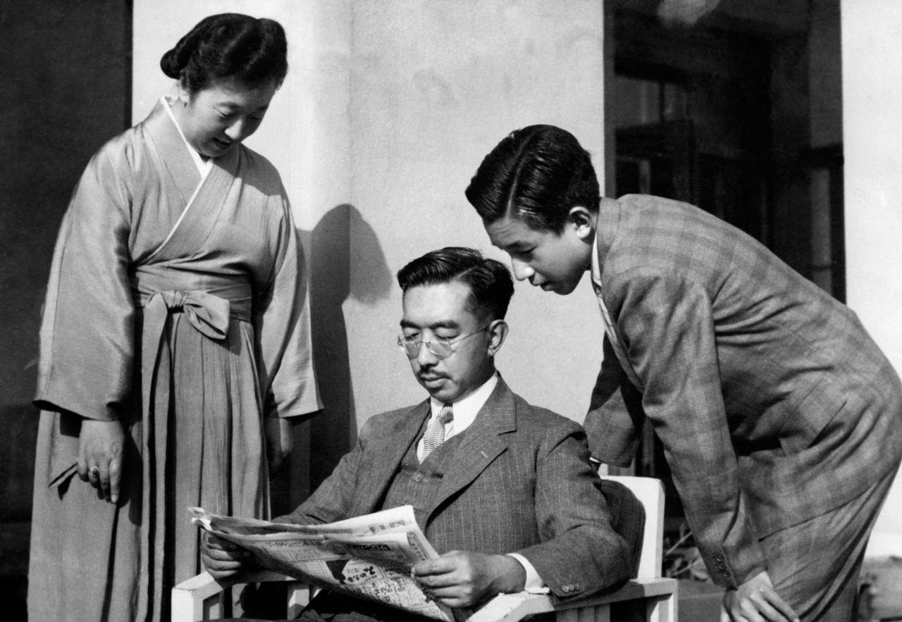 攝於1950年,左起為香淳皇后、裕仁天皇與當時皇太子明仁。法新社