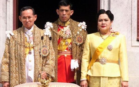 泰國把母親節設於詩麗吉王后(右,如今是王太后)的生日,此圖攝於1999年。(Ge...