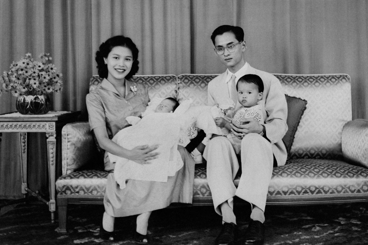 攝於1955年,泰王普密蓬與詩麗吉王后一家。法新社