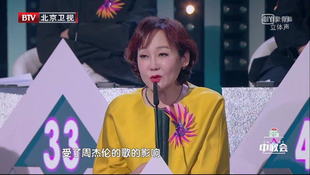 「中歌會」評審詢問歌手是否受了周杰倫的影響。 圖/擷自愛奇藝網站