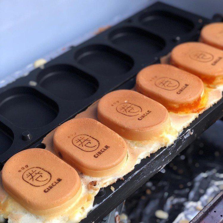 圖/雞蛋糕上烙印上店家Logo可愛又療癒。網友money9992授權