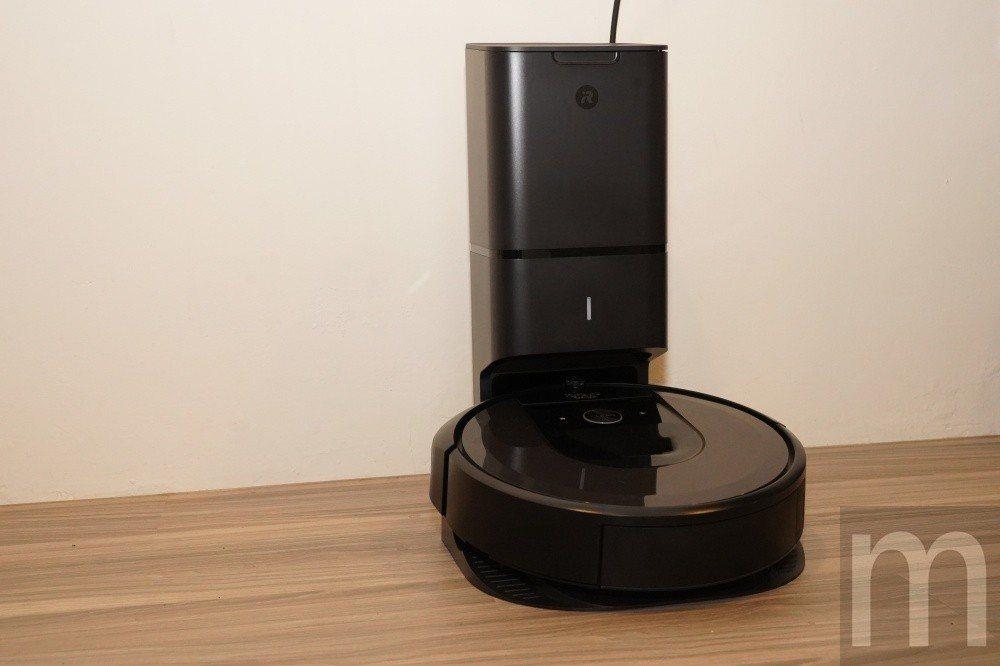 iRobot新一代的掃地機器人Roomba-i7最大的特點即是自動集塵座的設計