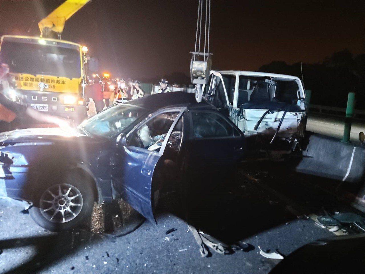 國道三號南下苗栗竹南路段11日深夜11點多發生事故,現場3輛車發生碰撞,車體毀損...