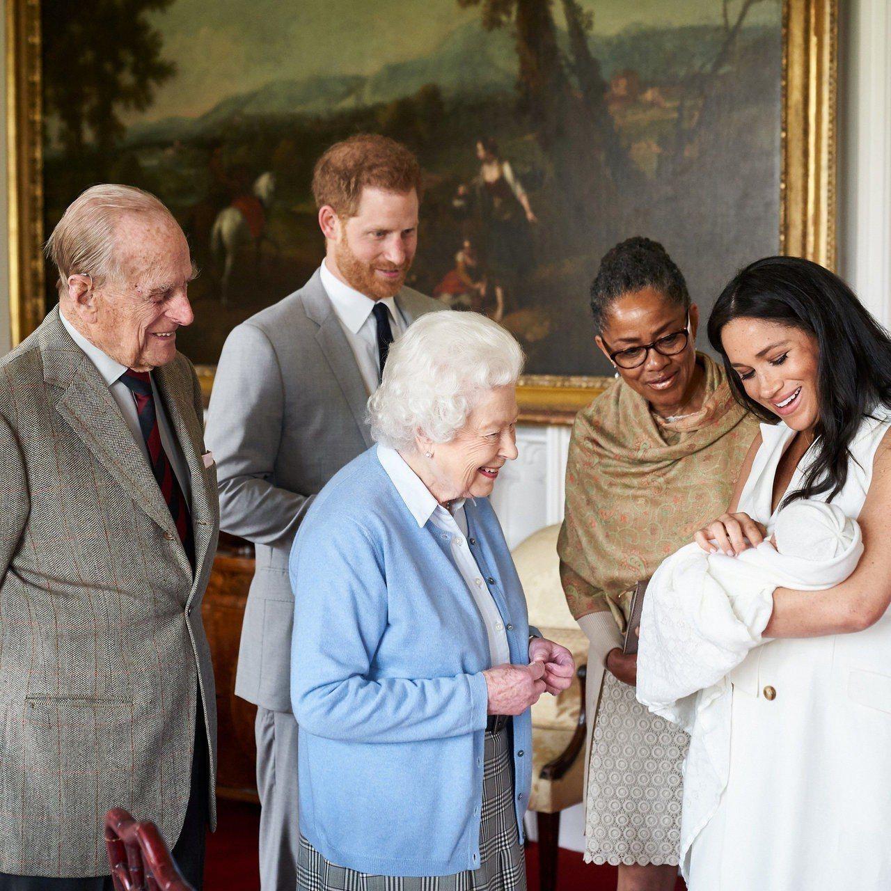 英國女王伊莉莎白二世和夫婿菲利普笑著接見孫兒哈利、孫媳梅根與新出生的曾孫亞契。圖...