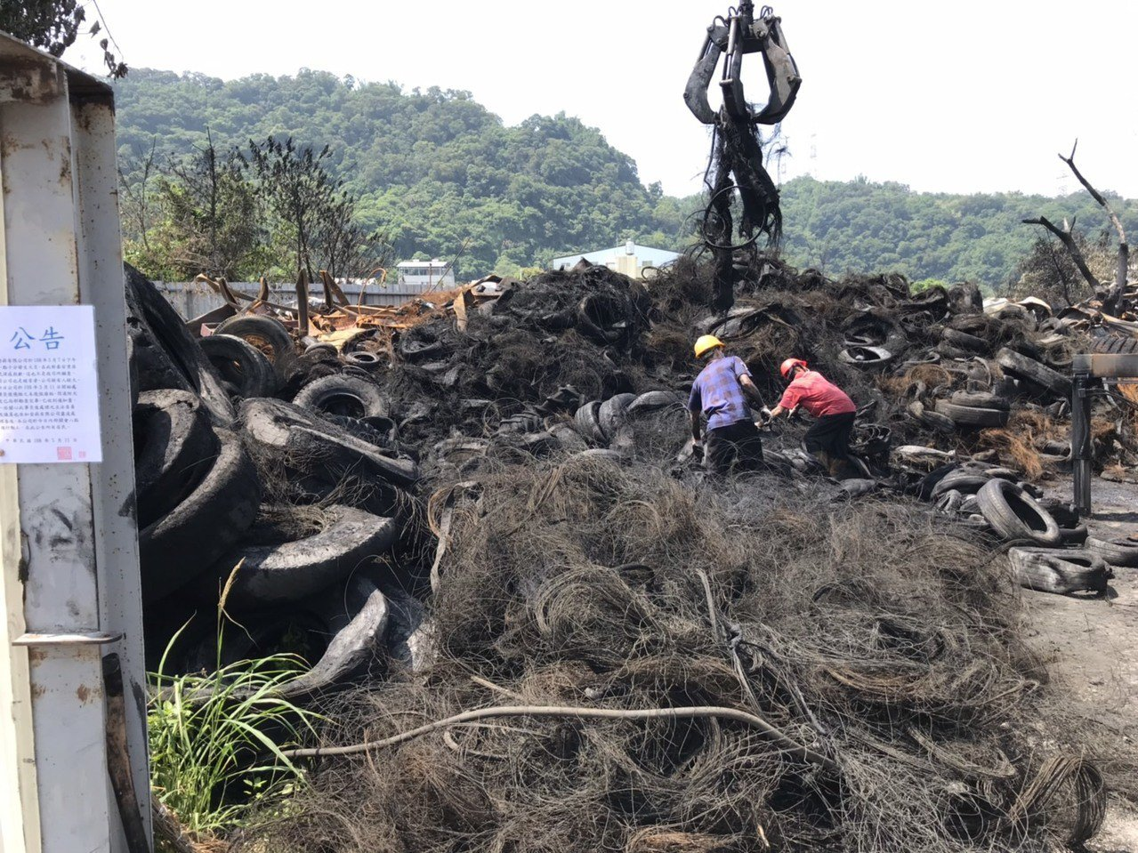 台中市政府在后里廢輪胎大火後,要求業者運送300噸廢輪胎到合法廠商處理。圖/台中...