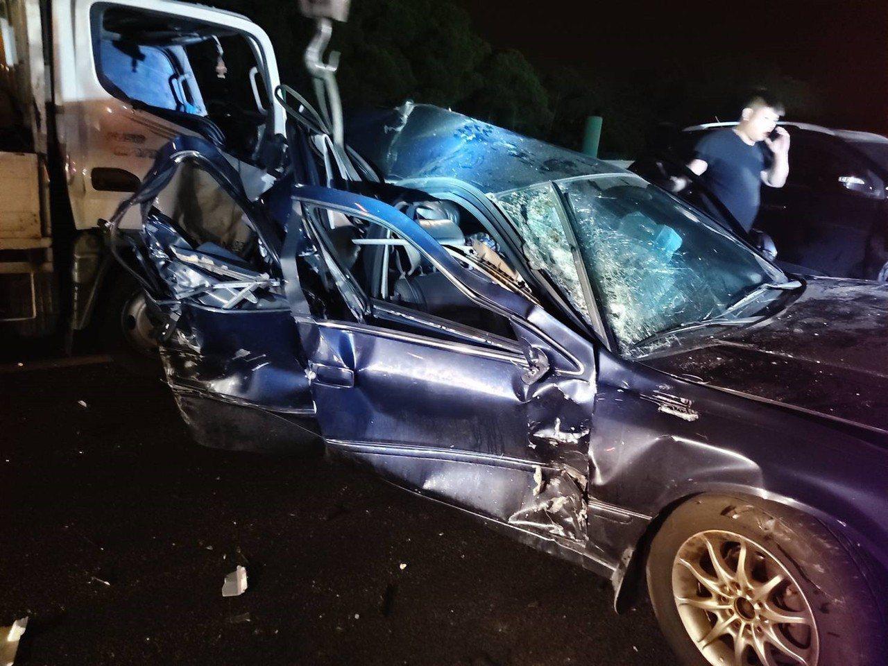 國道3號苗栗縣竹南鎮南下路段昨天深夜4輛車子連環撞,第3輛轎車嚴重扭曲變形,車內...