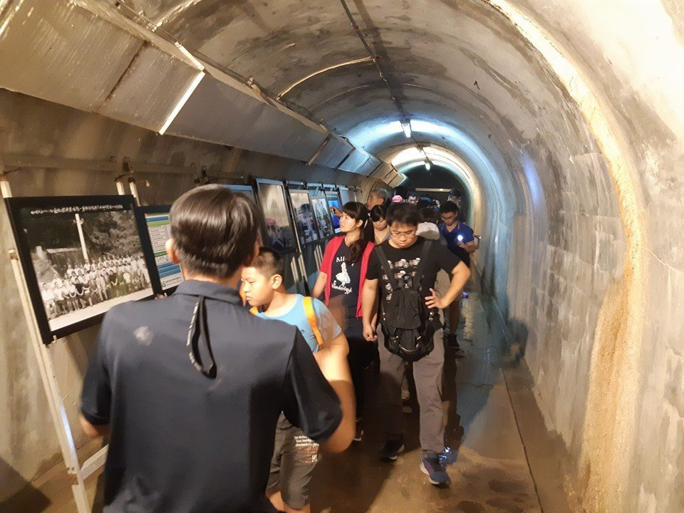 因「鼓山洞」主要特色為鐘乳石化的隱蔽形隧道地形,符合故事中科幻場景的特殊調性,透...