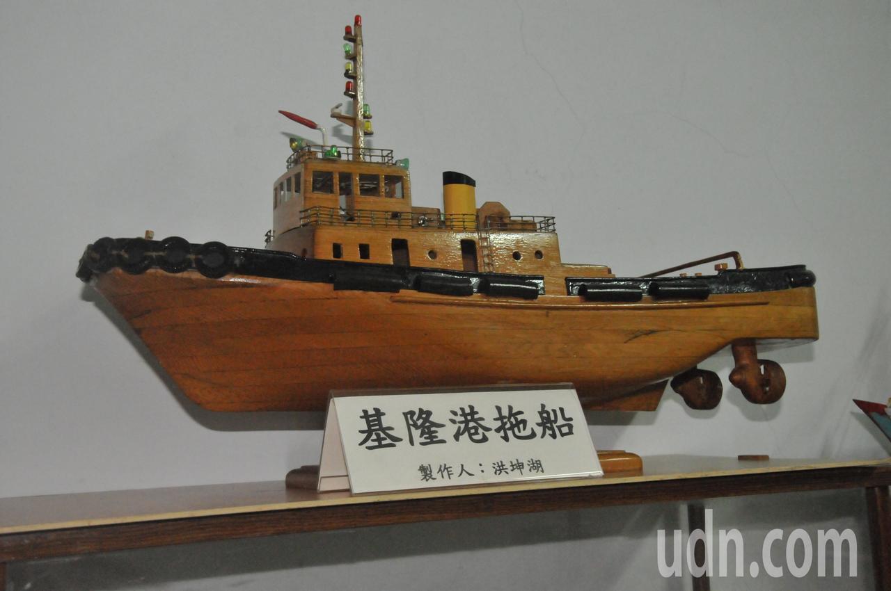 洪坤湖做的模型漁船,都是跟著他父親留給他原型漁船設計圖做成,圖為基隆港特有的拖船...