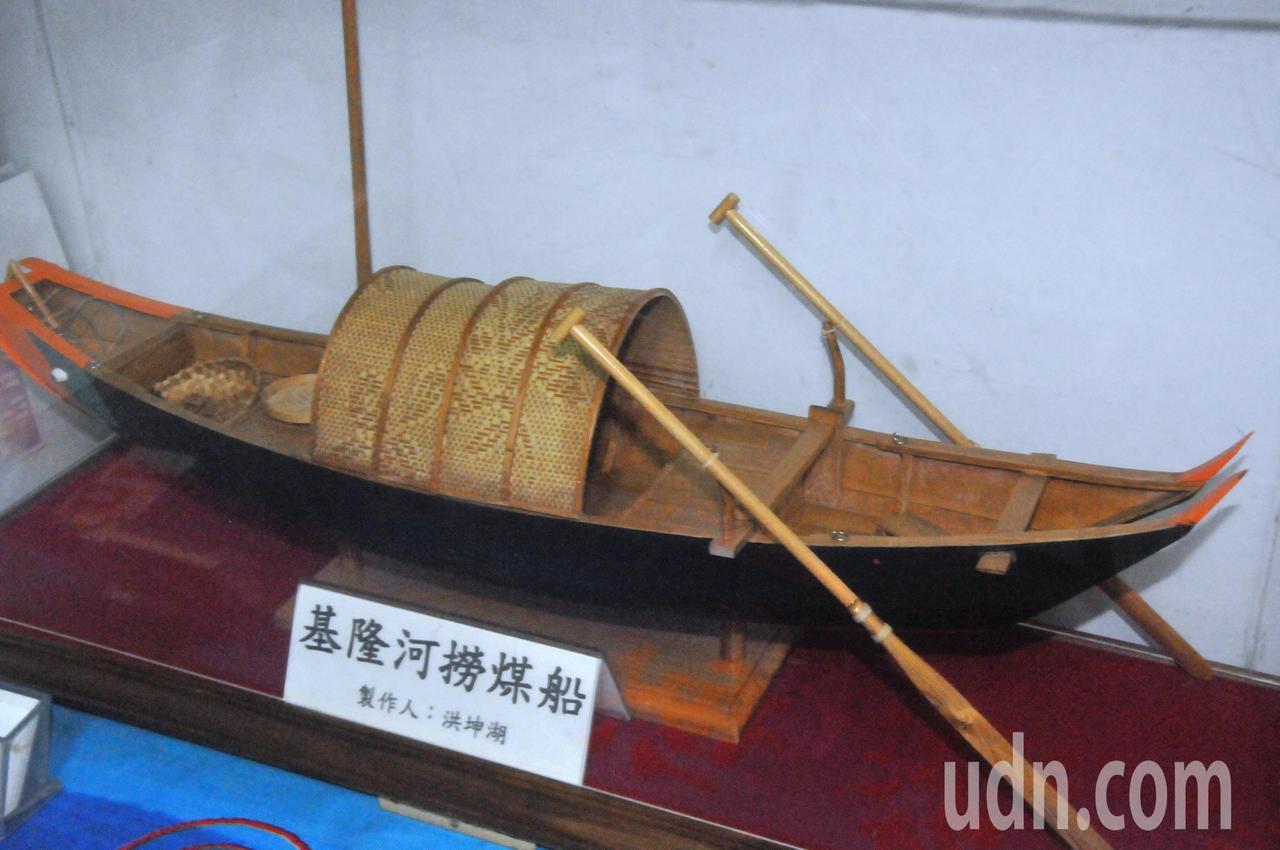 洪坤湖的撈煤船依原船縮小尺寸打造,還有遮陽的竹篷。記者游明煌/攝影
