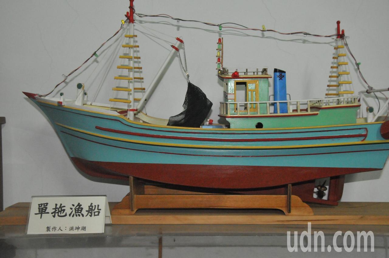 遊艇木模師洪坤湖,有感於漁船沒落,製作很多模型漁船,圖為單拖漁船模型,以前在基隆...