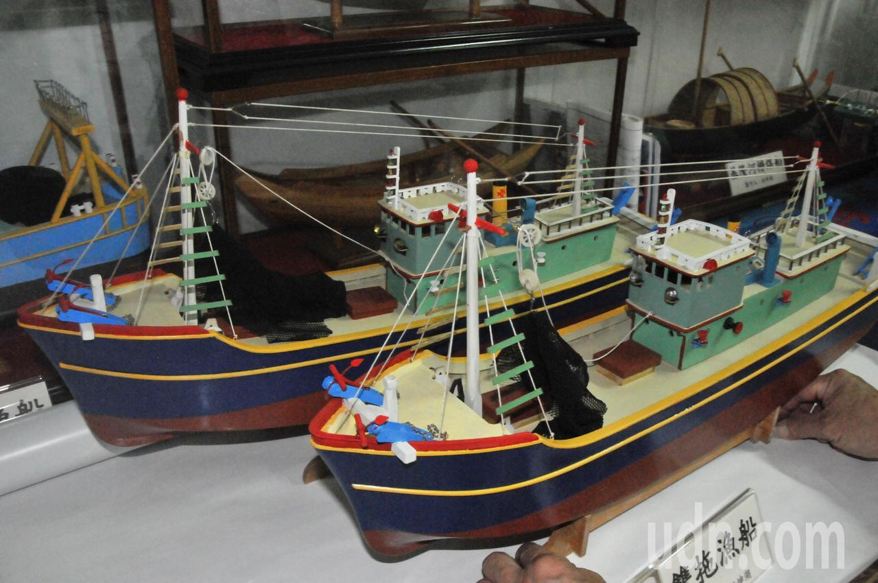 雙拖漁船作業時兩船平行合拖一個拖網。記者游明煌/攝影