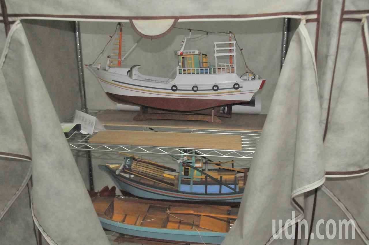 遊艇木模師洪坤湖,把模型船全都收藏在家中衣櫥內保護,一整排的衣櫥有如台灣漁船發展...