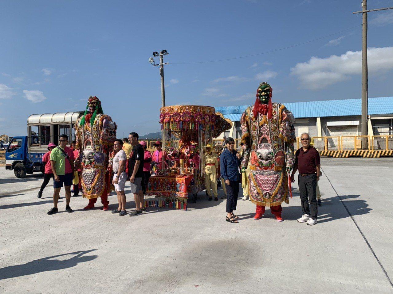 花蓮港分公司請來廟會神將迎賓,吸引外國遊客合影留念。圖/花蓮港務分公司提供