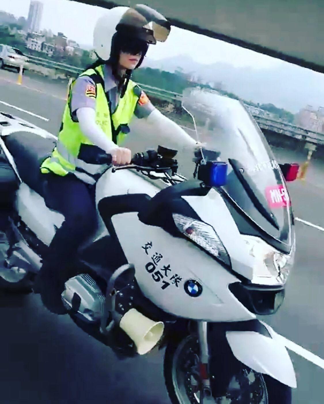 警員蔡佳穎騎重機。圖/翻攝蔡佳穎臉書