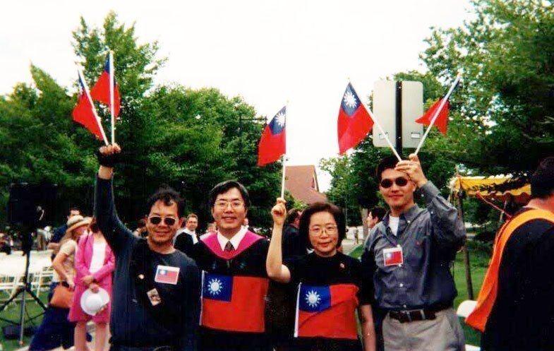 台南市長黃偉哲(左二)過去到哈佛大學攻讀公共行政碩士時,於畢業典禮將國旗縫在碩士...