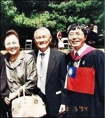 黃偉哲(右)與行政院前院長唐飛(中)在哈佛合照。記者鄭維真/翻攝