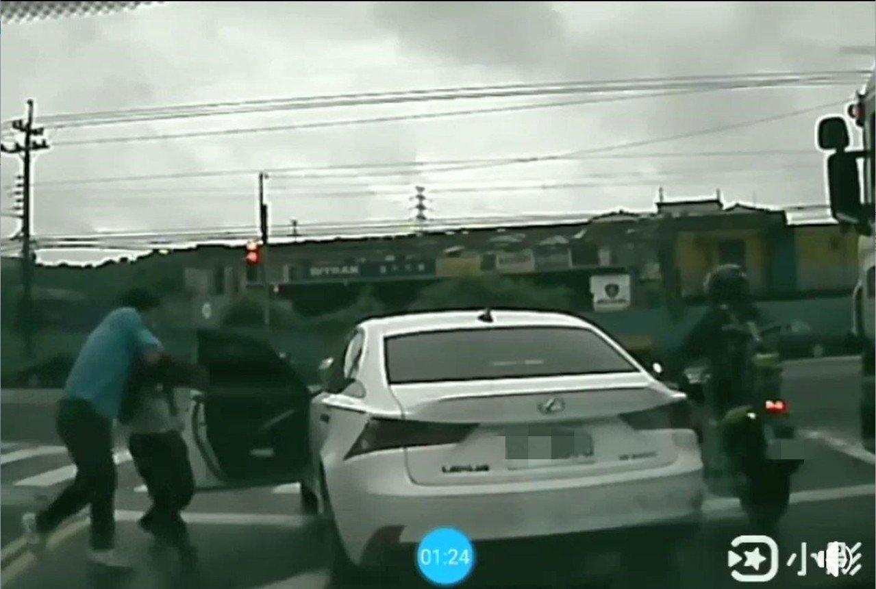2男在下一路口紅燈處爆發口角與肢體衝突。記者柯毓庭/翻攝臉書社團
