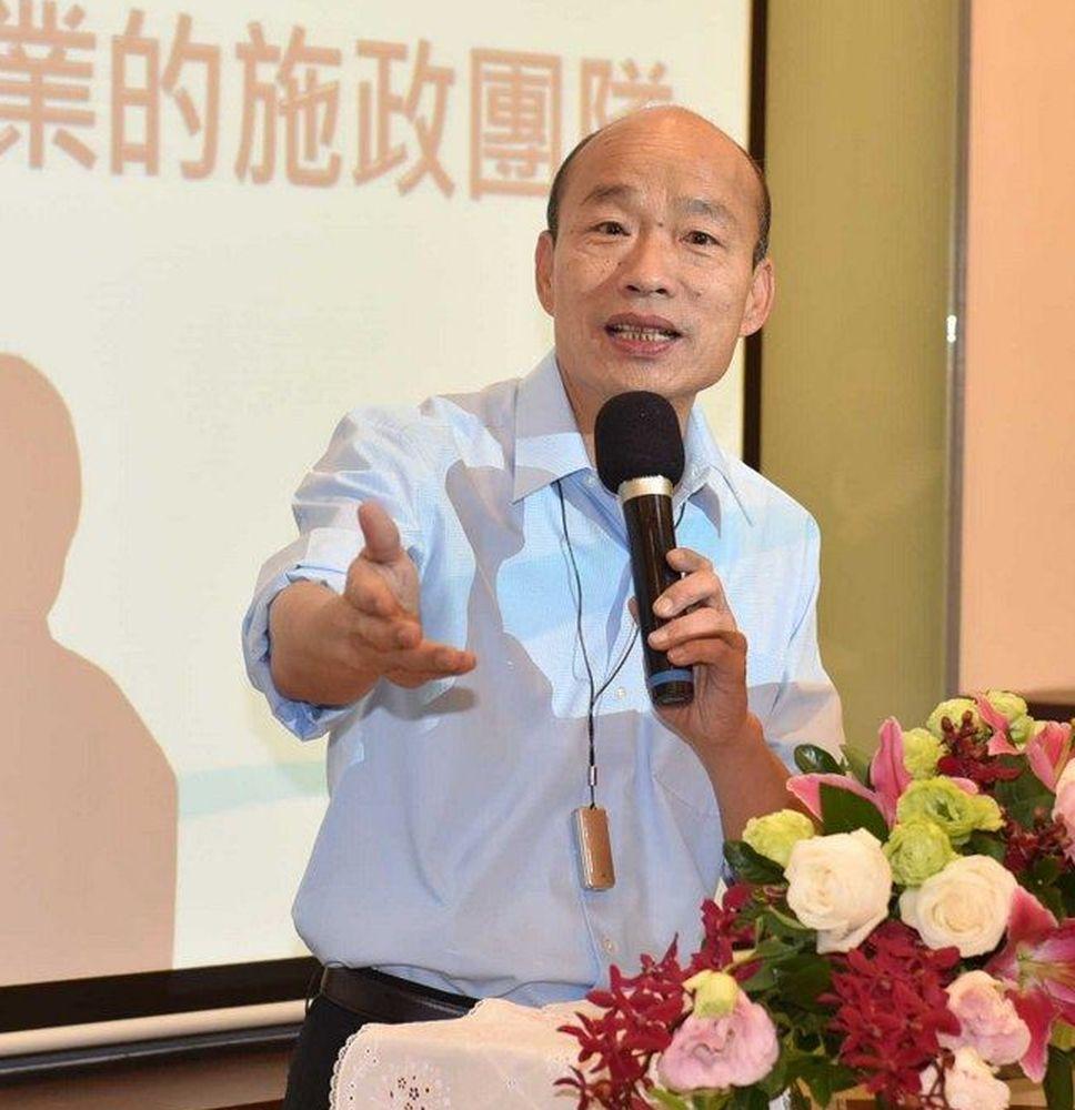 高雄市長韓國瑜掛著的移動式小型空氣清淨器是女兒韓冰送的。圖/高雄市政府新聞局提供