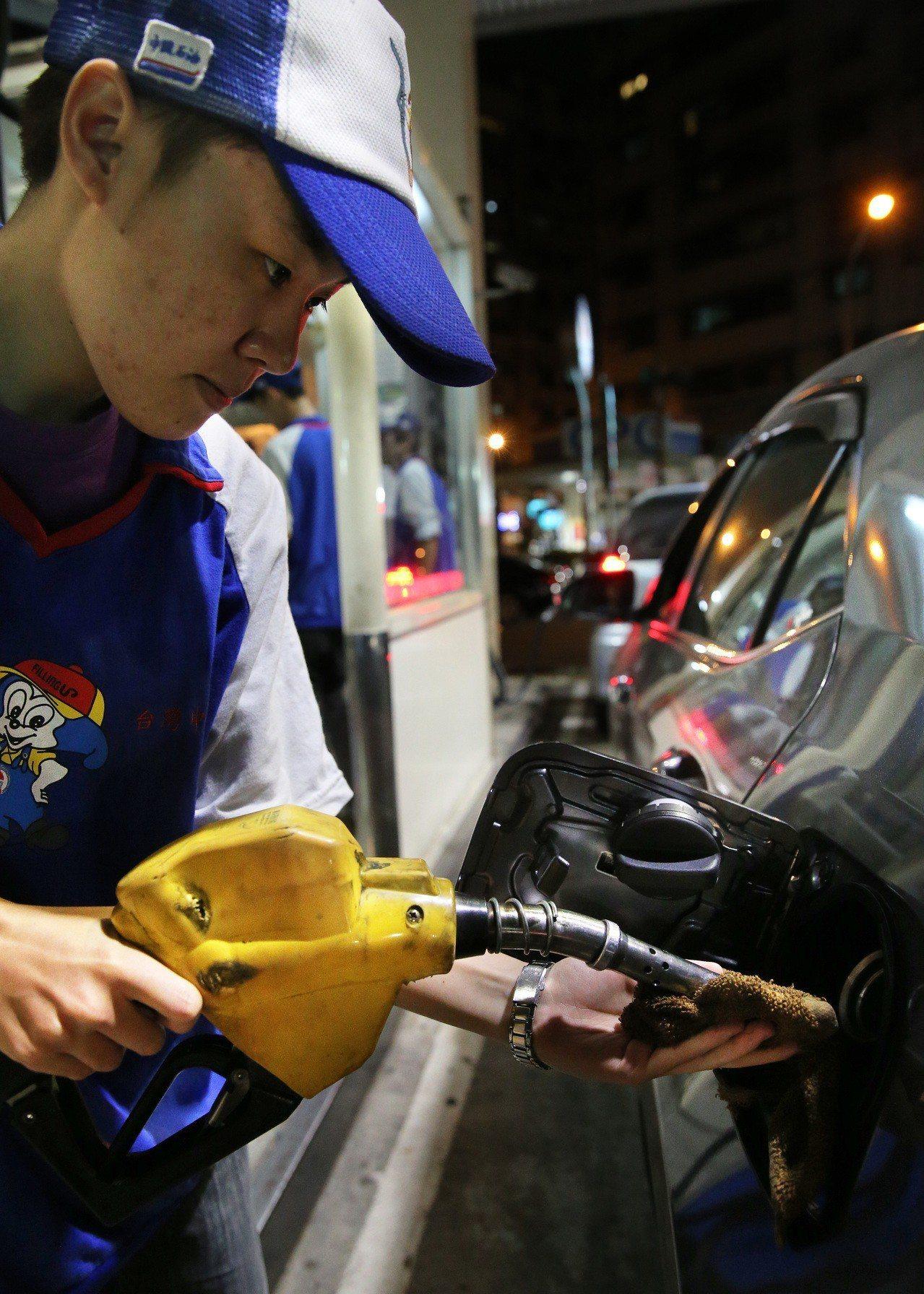 台灣中油公司自明(13)日凌晨零時起調降各式汽、柴油價格每公升各0.2元,調整後...