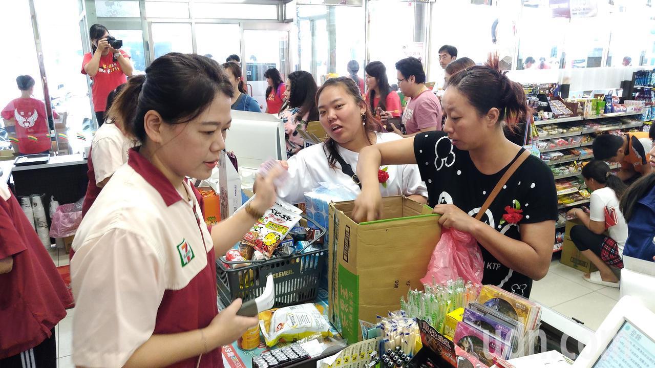 家扶媽媽們開心的採買。記者李京昇/攝影