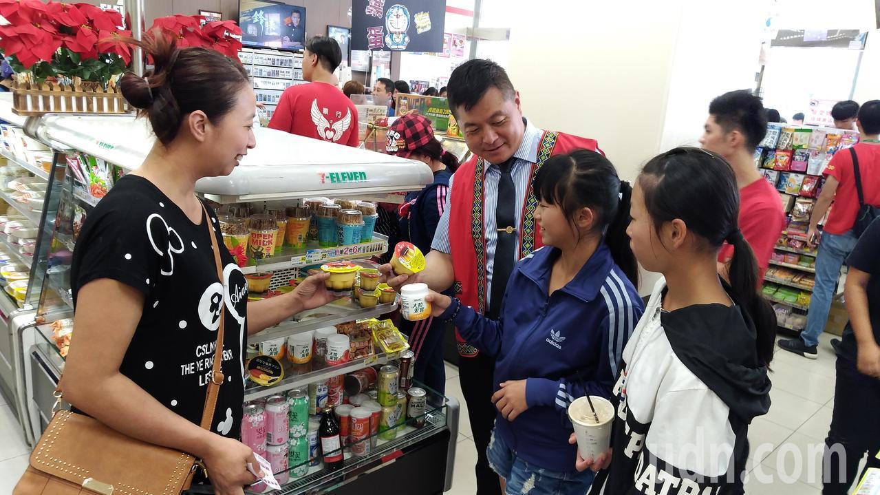 嘉義市國際工商經營研究社社長陳俊辰(右三)到場共襄盛舉。記者李京昇/攝影