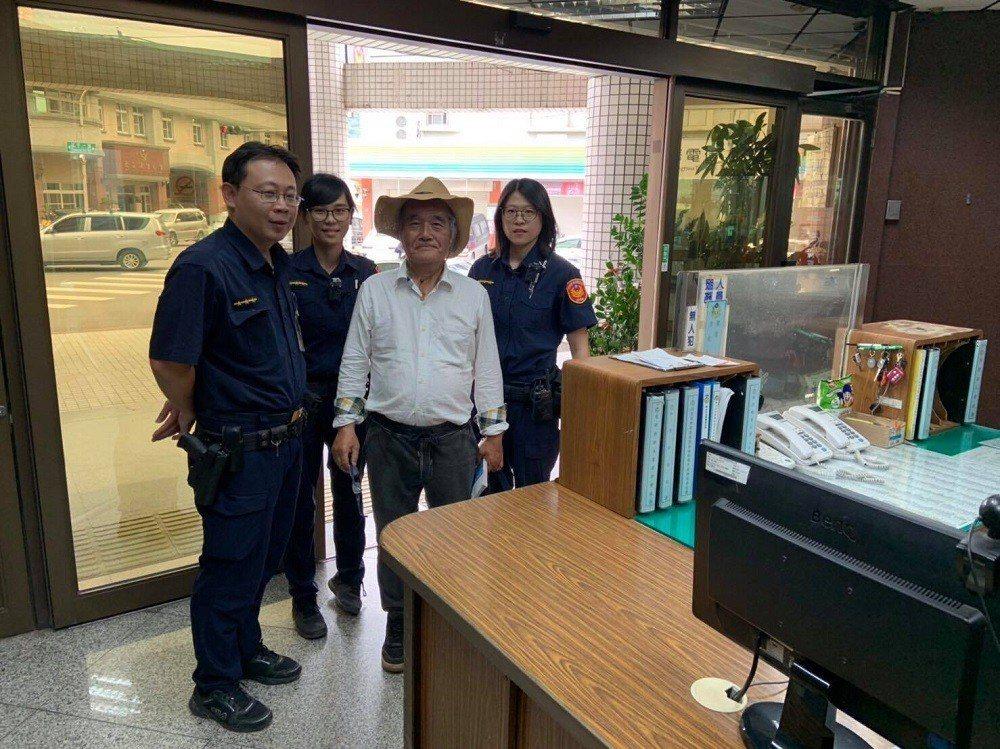 日籍遊客(右二)到旗山觀光,因找不到火車站進入警局求助。記者徐白櫻/翻攝
