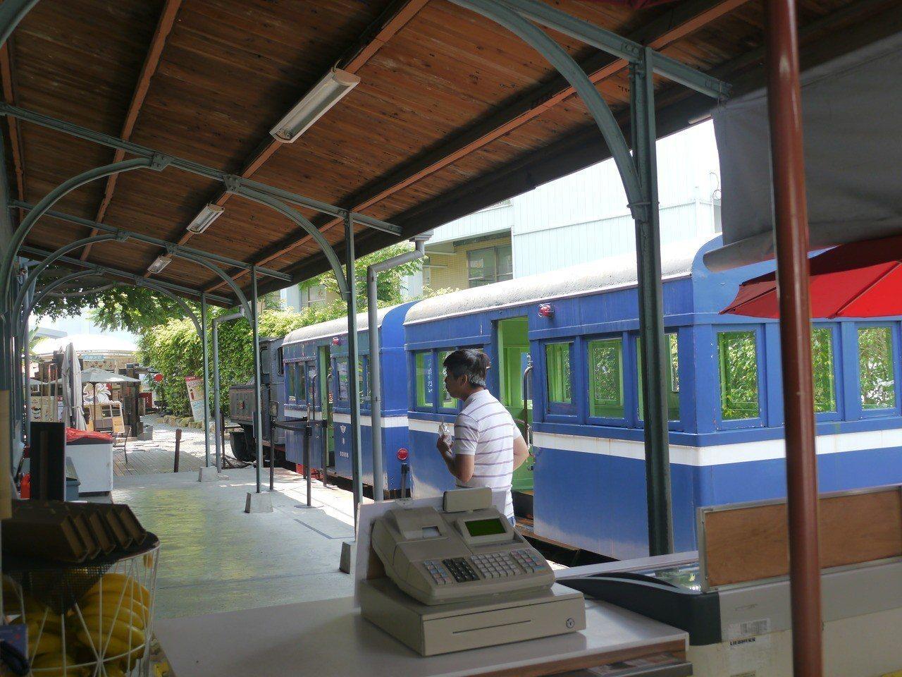 旗山火車站內的火車車廂僅具展示用途,遊客可上車體驗乘車感覺。記者徐白櫻/攝影