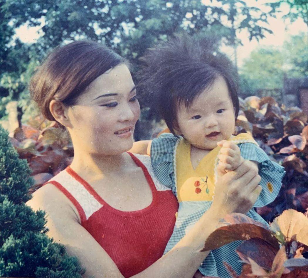 謝金燕(右)Po小時候與媽媽的合照。圖/摘自IG
