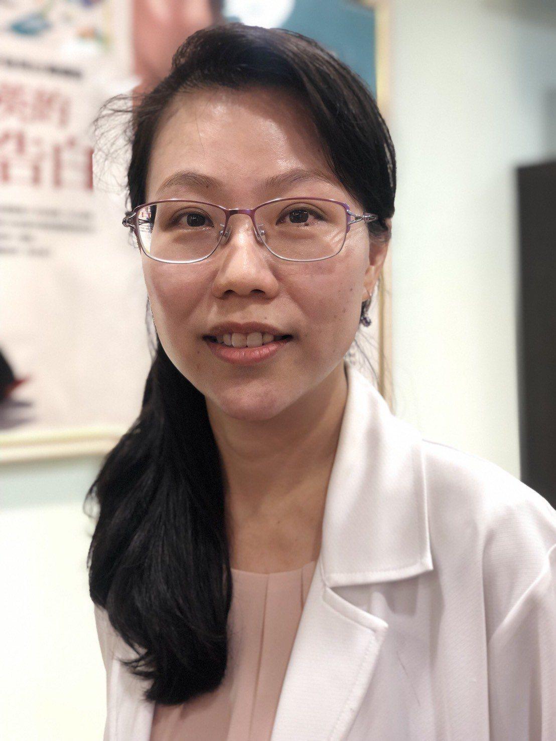 黃靜雯醫師提醒敷面膜的「四不」,減少皮膚因敷錯面膜而導致過敏。記者劉嘉韻/攝影