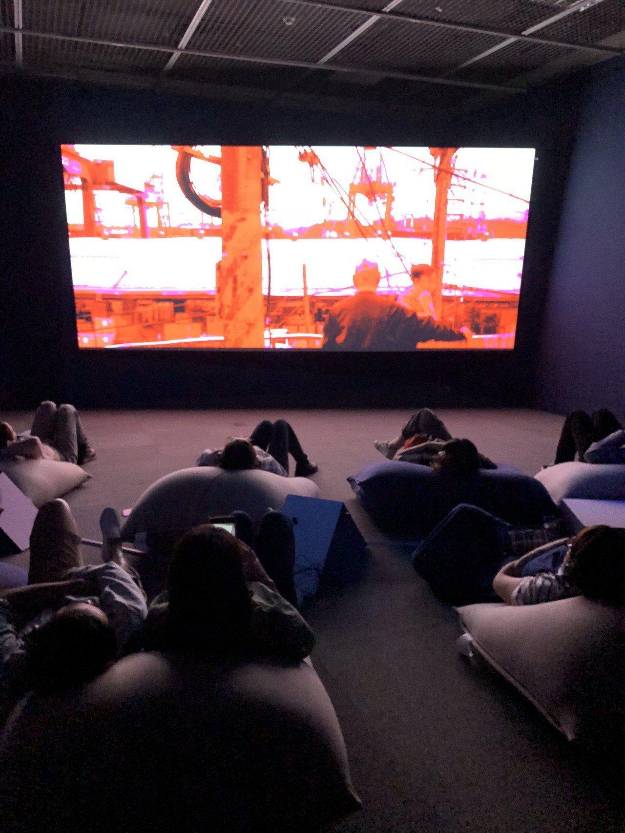當代藝術館小花計畫展中,歌手家家和香港藝術家曲倩雯合作《回家》,觀眾可躺在地上懶...