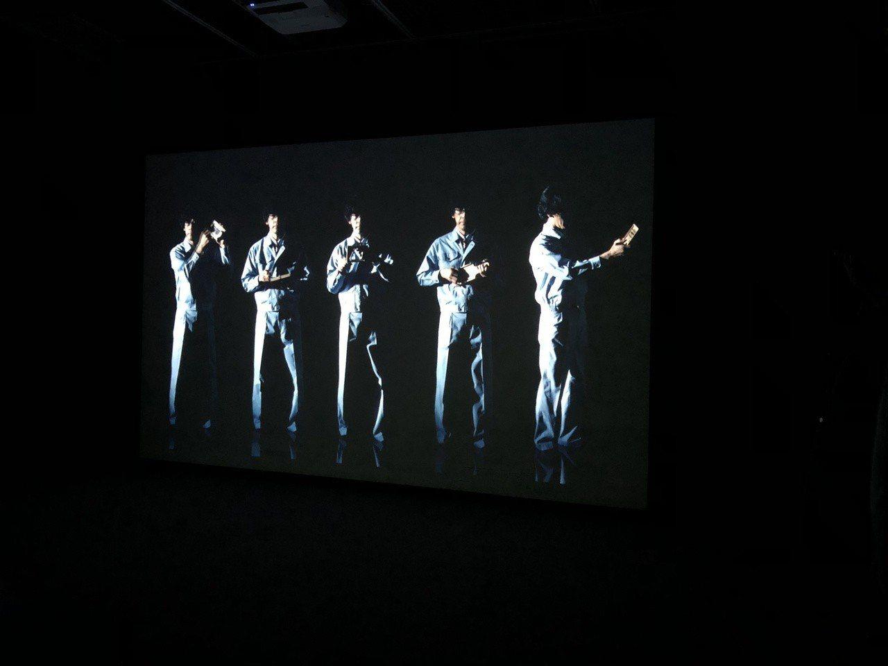 當代藝術館小花計畫展中,五月天樂團主唱阿信和日本明和電機團體合作《隱形的紀念》。...